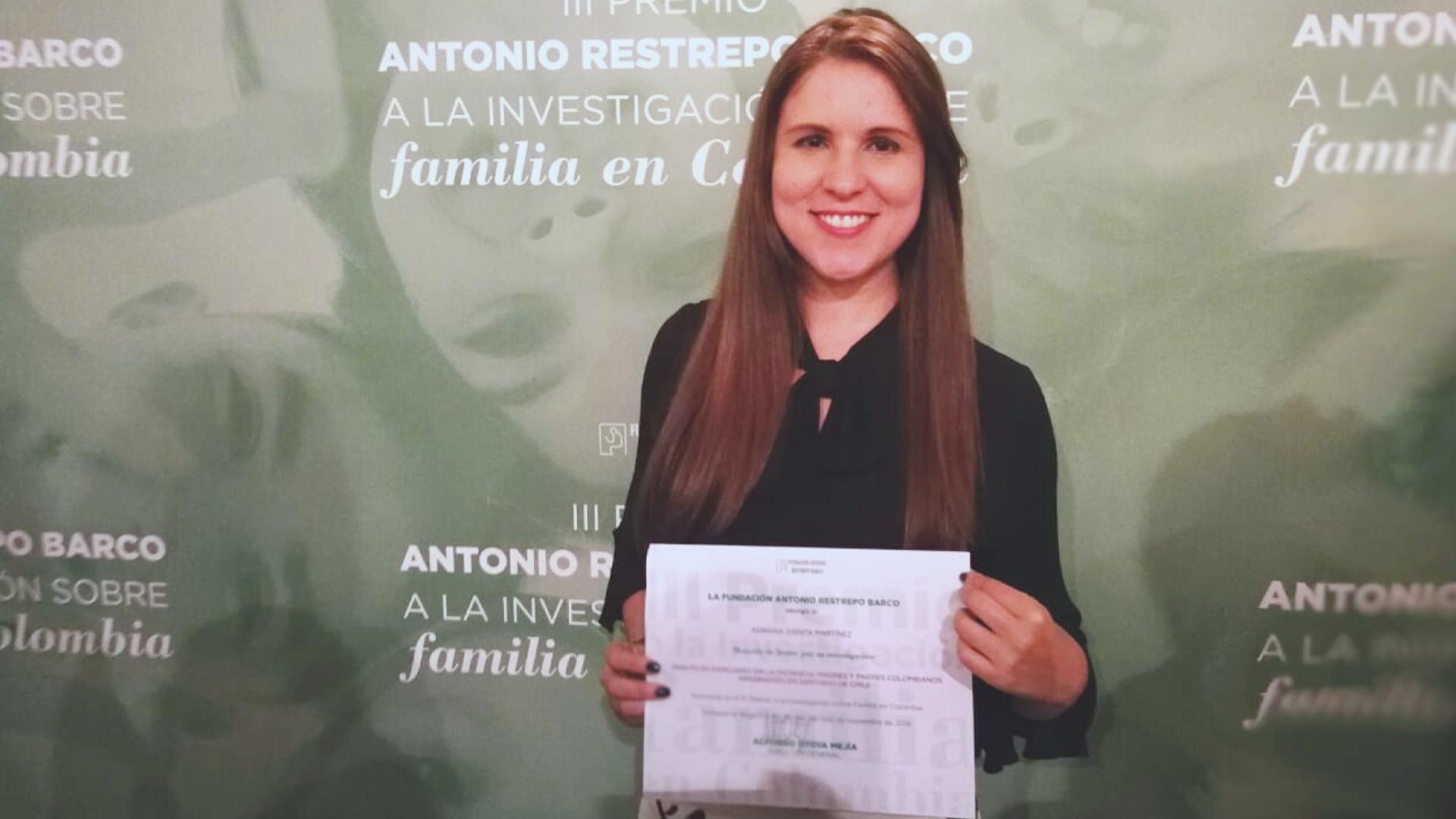 Adriana Zapata recibe Mención de Honor por su investigación doctoral